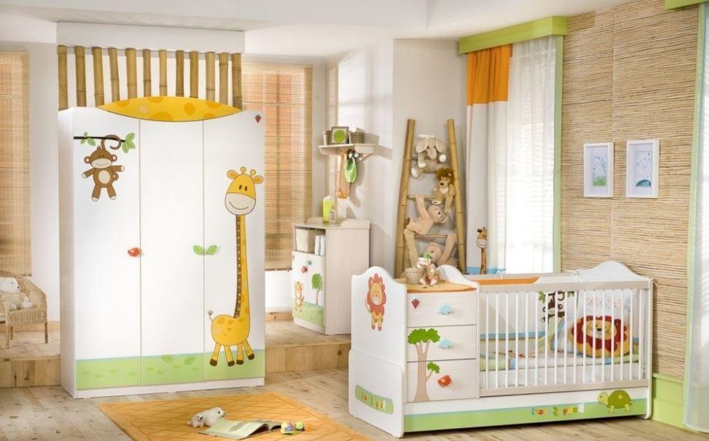На окнах должна быть занавеска, чтобы на ребенка не попадали прямые солнечные лучи