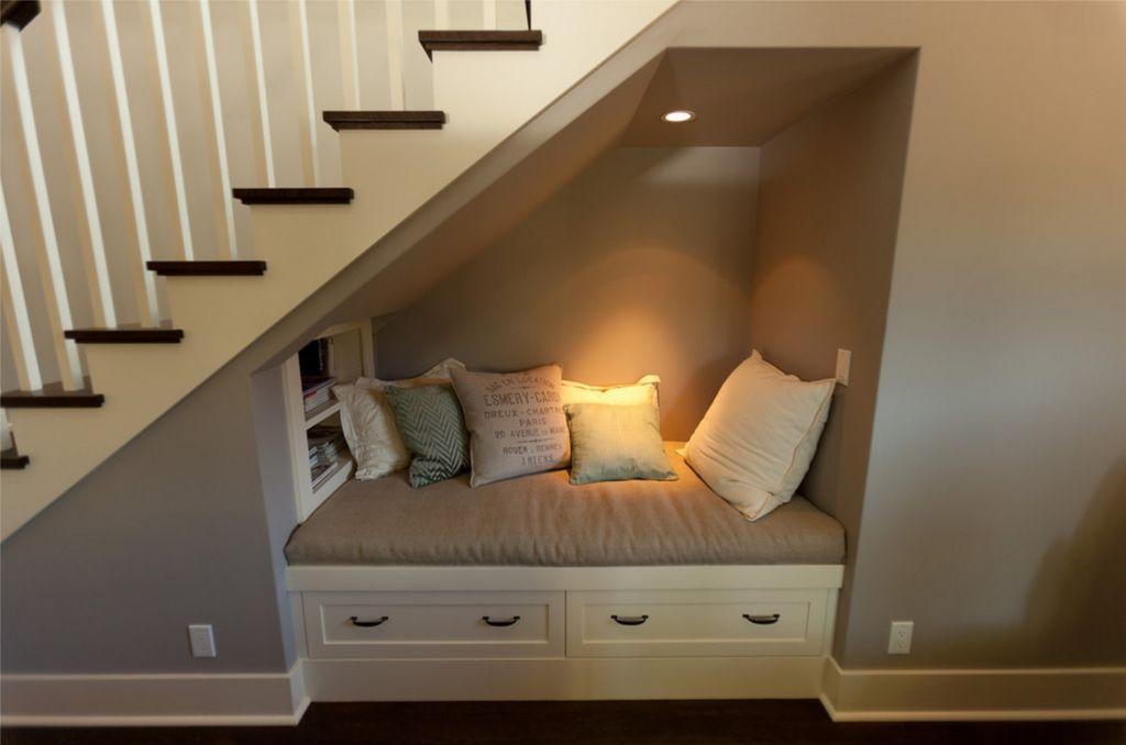 Небольшой диванчик под лестниц