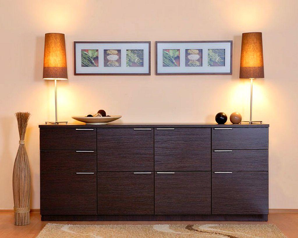 Комод в гостиной может быть контрастным предметом мебели