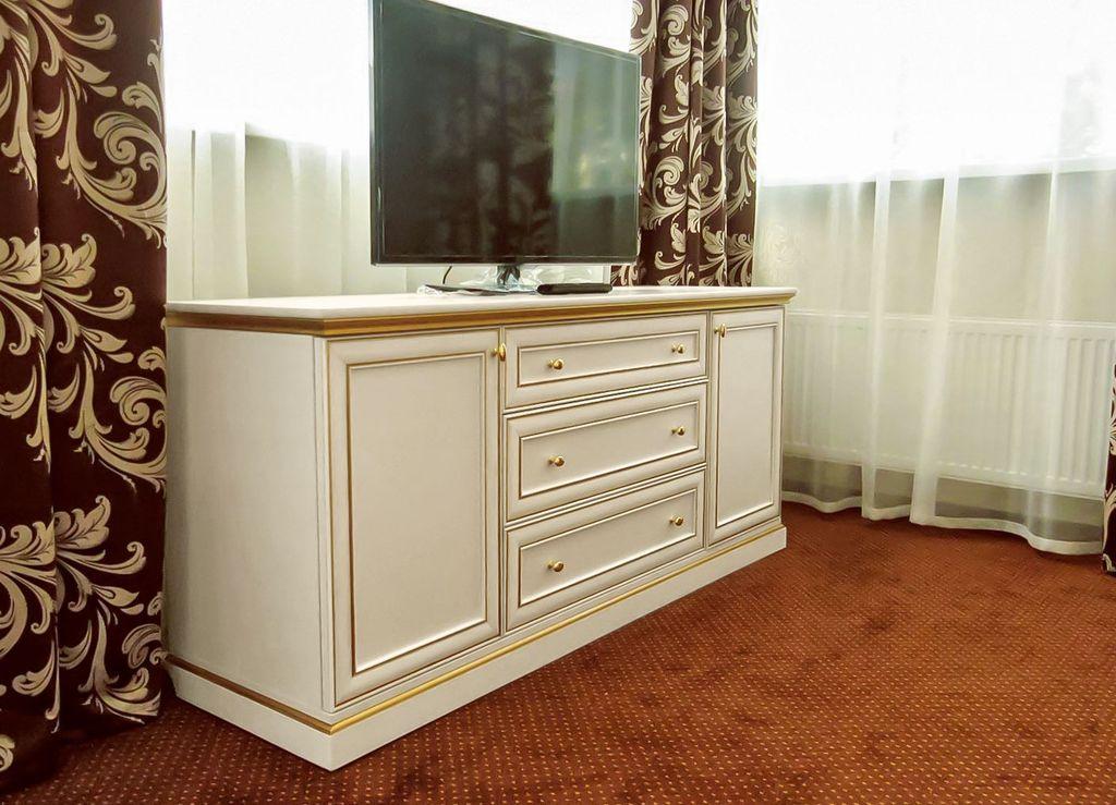 Комод вместо стенки используют и как подставка для телевизора