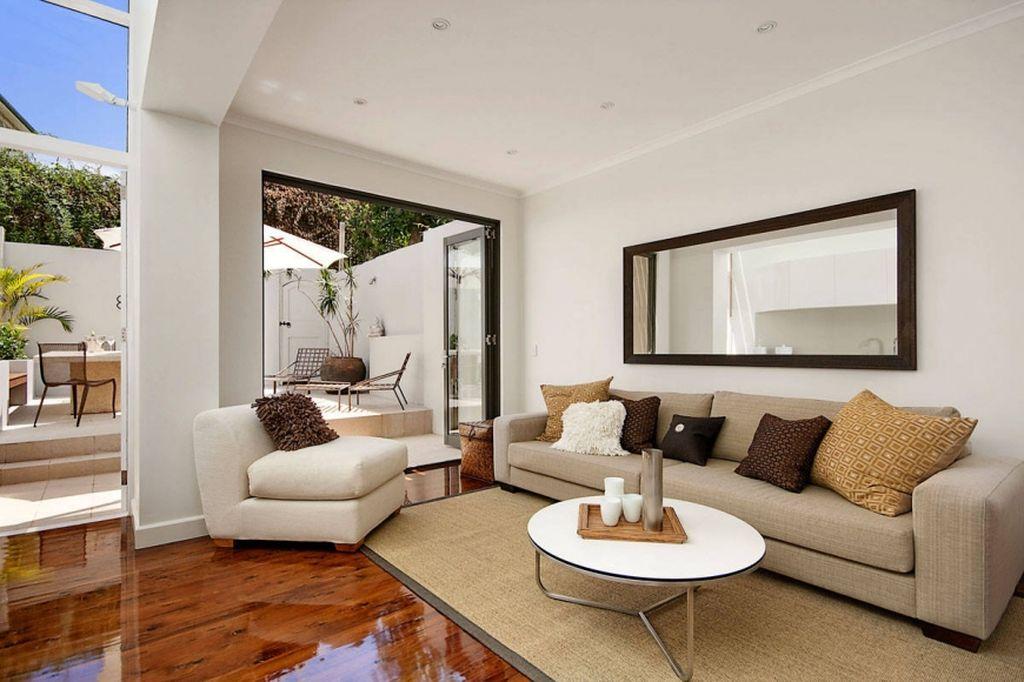 Цветовая гамма должна гармонировать с мягкой мебелью и предметами текстиля в помещении