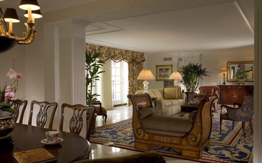 В просторных гостиных большой ковер вмещает на себе всю мебельную зону полностью