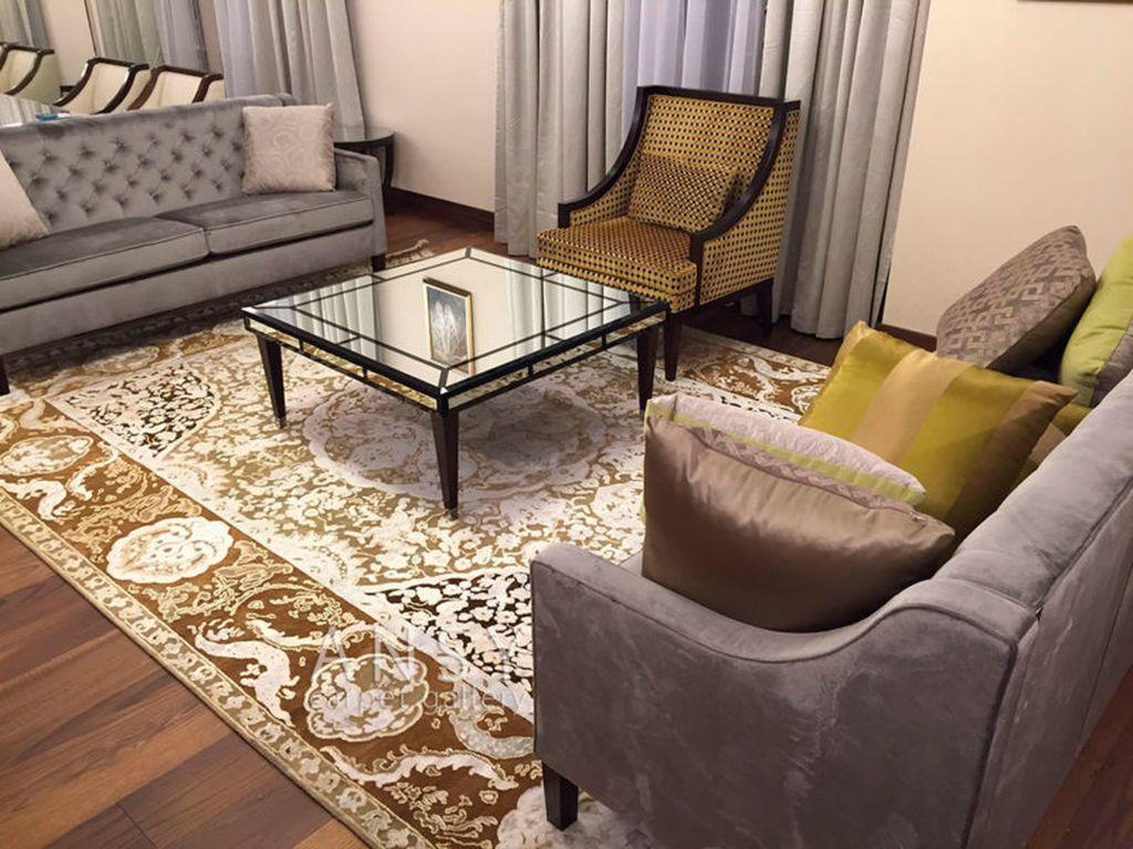Стилистика современной гостиной и зала допускает использование в интерьере ковра