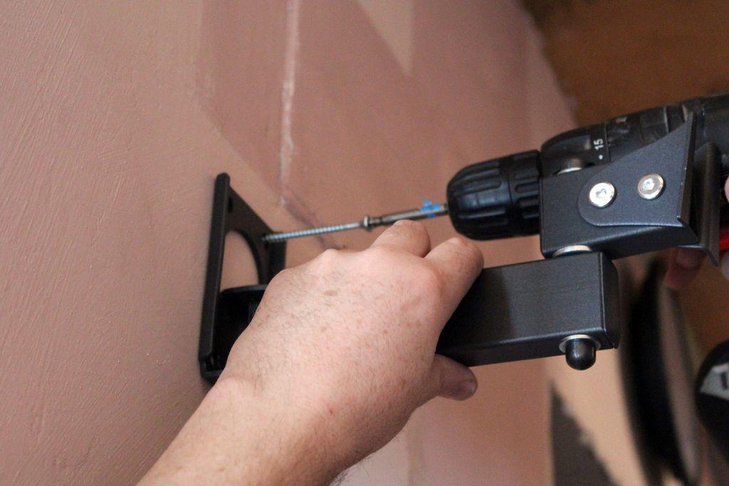 Для крепления кронштейна используют болты или саморезы