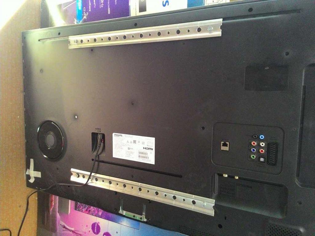 Первую планку прикручивают к панели телевизора