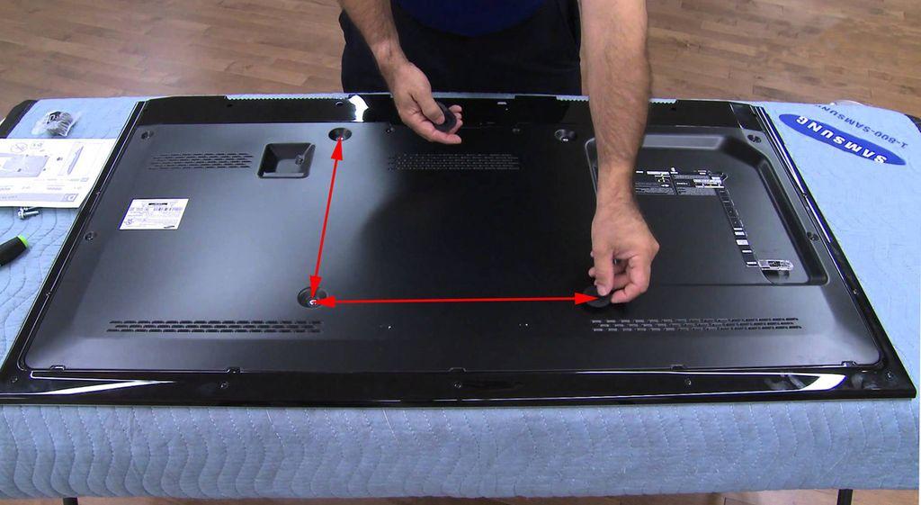 Расстояние между отверстиями указано в параметре VESA в инструкции к телевизору