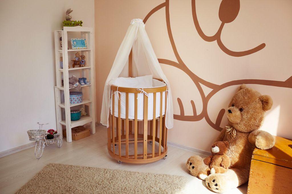 Самым безопасным и экологичным материалом для детской кроватки является древесина