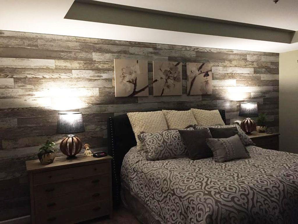 Ламинат на стене спальни позволяет создать уютную атмосферу