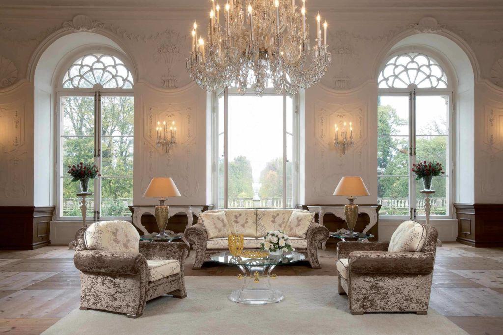 Гостиная в классическом стиле с несколькими источниками освещения