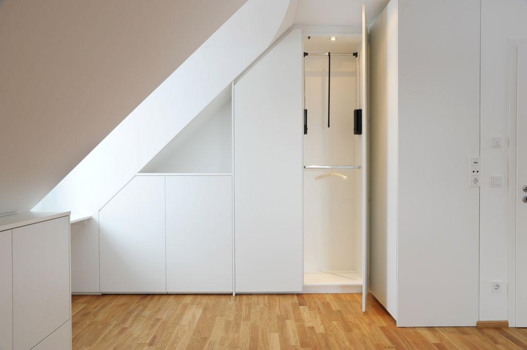 Сдвижной и распашной - самые популярные варианты шкафов для мансарды