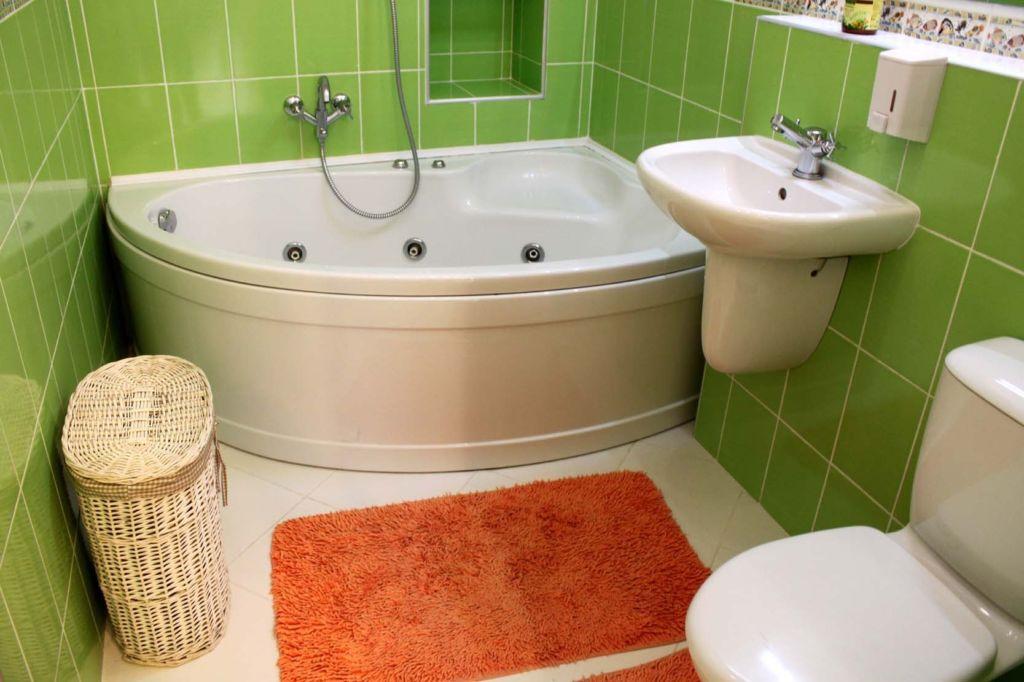 Прежде чем отделывать туалет в доме под лестницей, нужно подумать о гидроизоляции пола