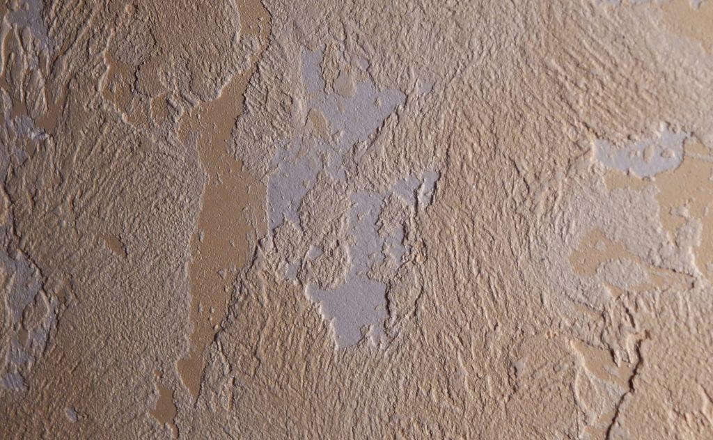 Декоративная штукатурка замечательно маскирует мелкие неровности поверхности потолка