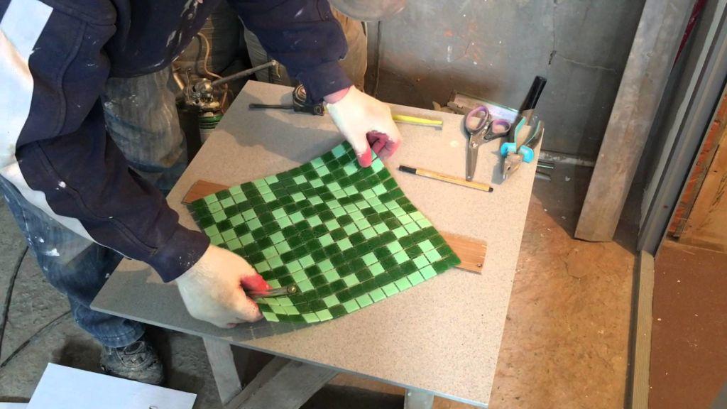 В зависимости от разметки необходимо подрезать угловые плитки