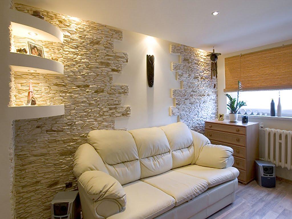 Каменная стена в интерьере гостиной