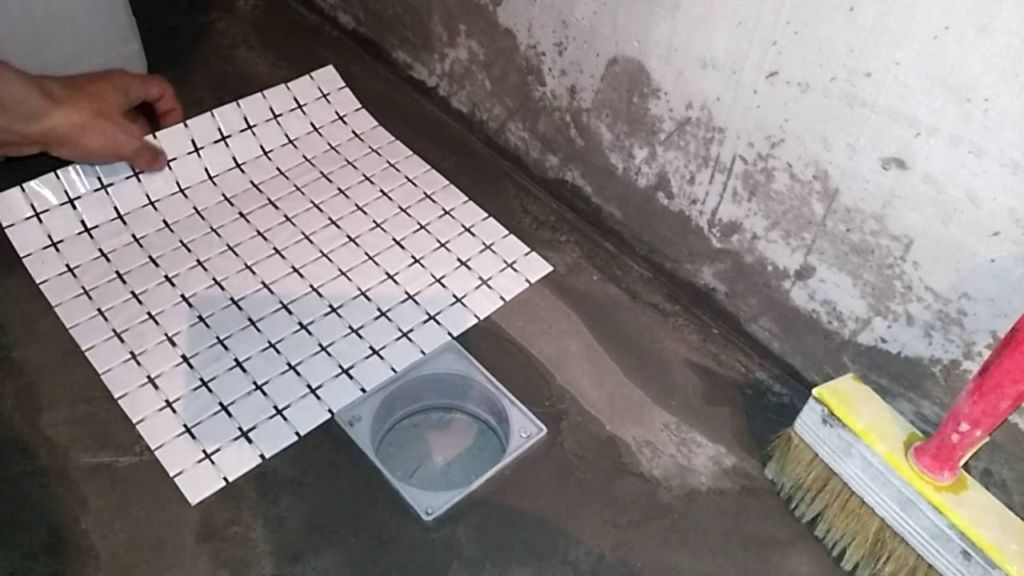 Поклейка плитки начинается с любого удобного места ванной