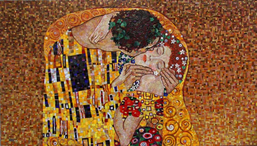Смальтовая мозаика в основном применяется для отделки пола