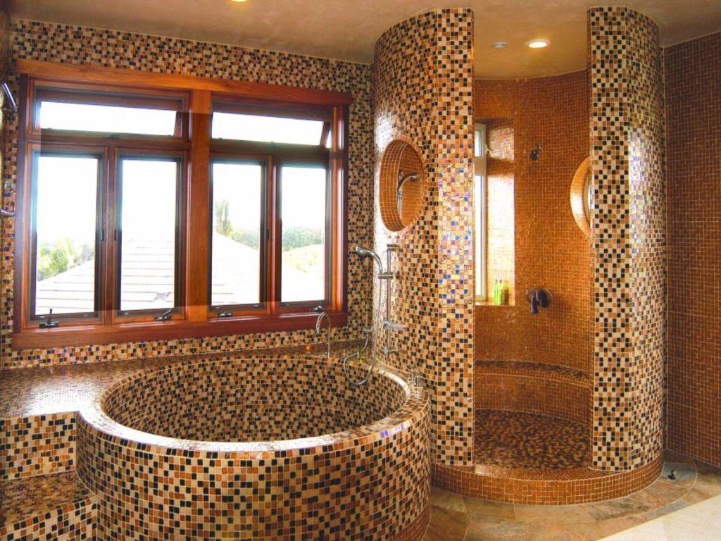 Ванна и душевая кабина, выложенные мозаикой добавляют помещению особый изыск