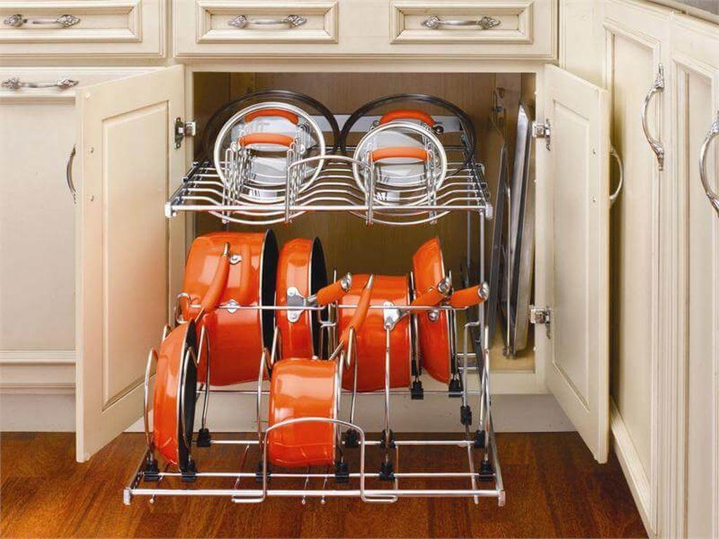 Кастрюли и сковородки можно расположить в напольных стеллажах с закрытым фасадом
