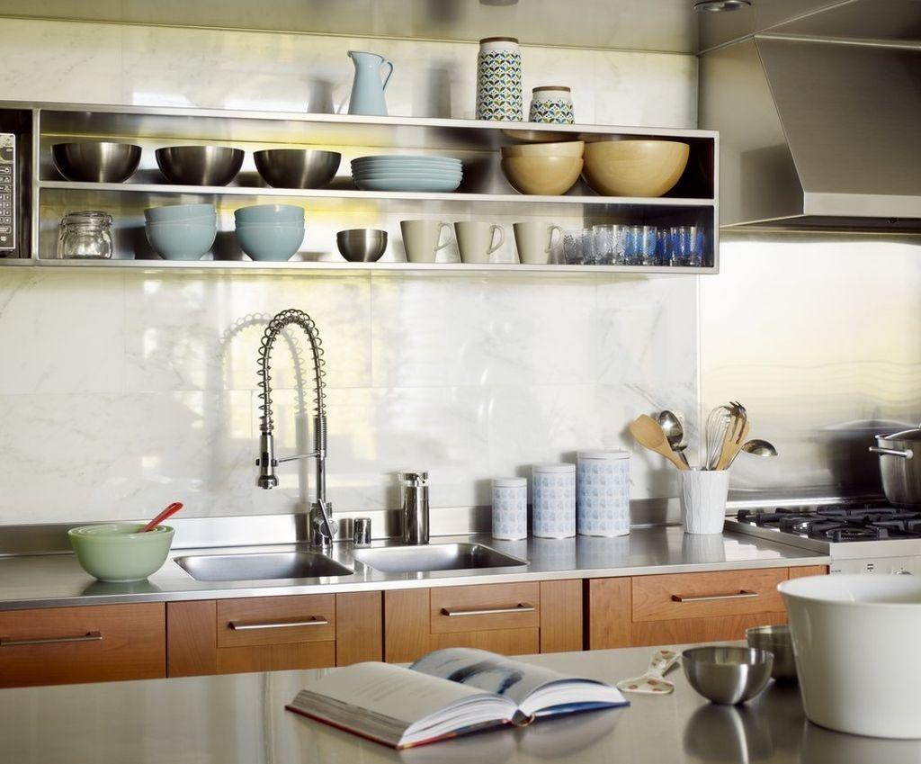 На открытых полках можно разложить посуду