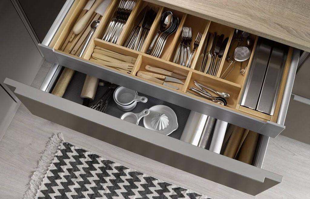 Ящик для столовых приборов чаще всего оснащают лотком с разделителем
