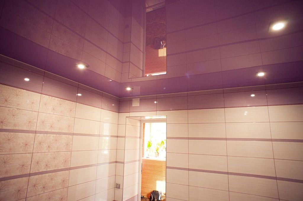 На глянцевой поверхности потолка остаются следы от конденсата воды