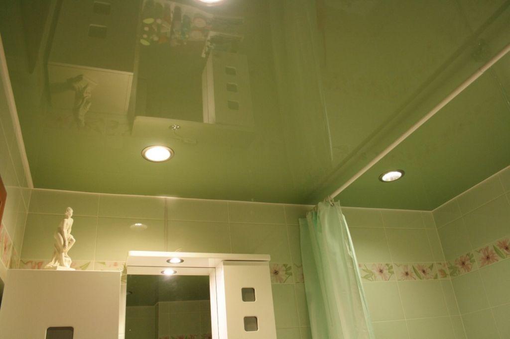 Глянцевые потолки за счет зеркальной поверхности помогают визуально увеличивать пространство
