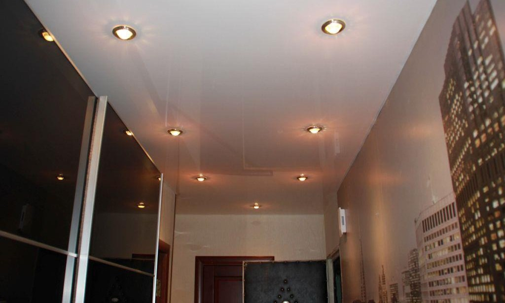 Натяжные потолки в коридоре призваны визуально расширять пространство