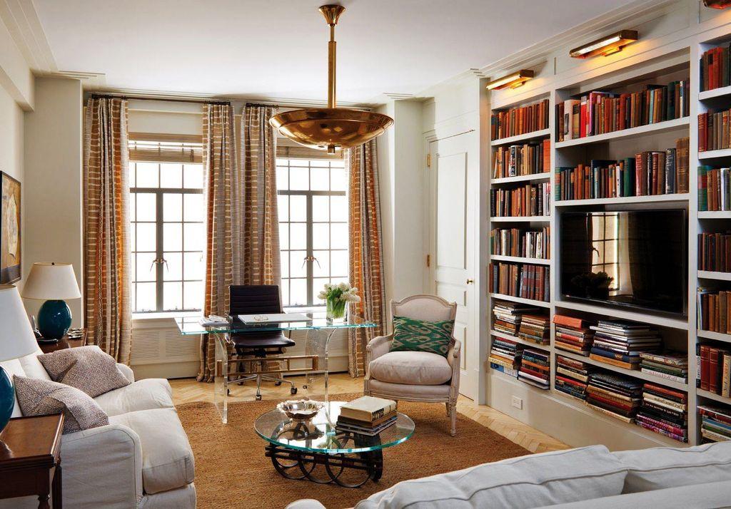 На полках вокруг телевизора можно расположить библиотеку