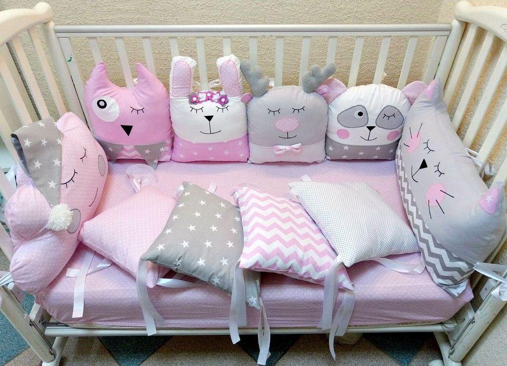 Рекомендуется оснащать кровать бортиками даже у новорожденных