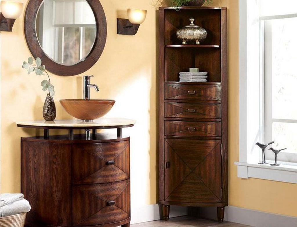 Угловой встроенный шкаф подходит для санузла средних размеров