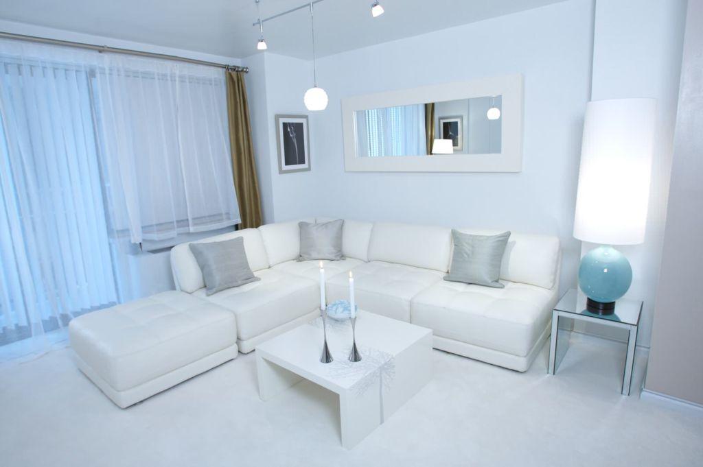 Гостиная в белом стиле скроет все недостатки, визуально увеличит пространство и создаст благополучную атмосферу