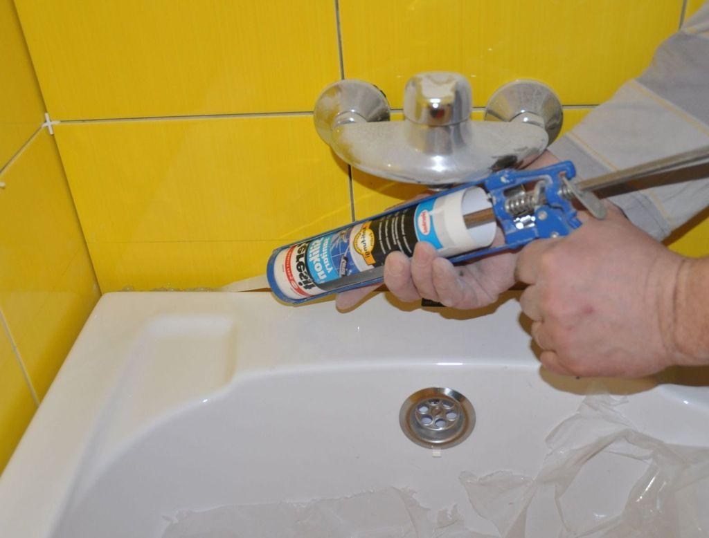 Перед поклейкой бордюра нужно промазать стыки герметиком