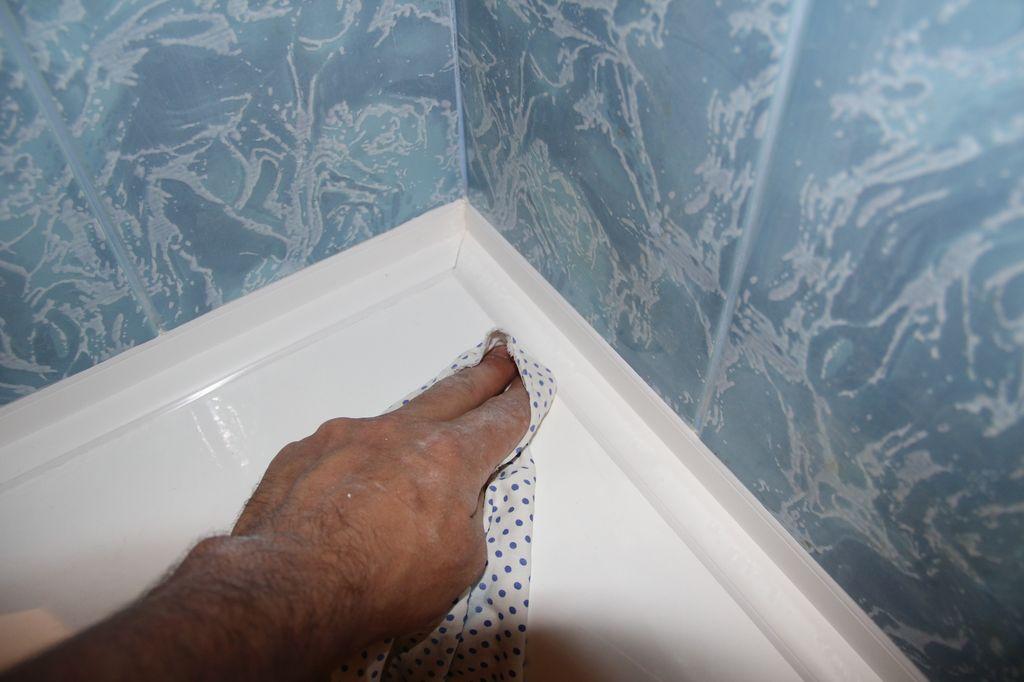 После монтажа нужно убрать излишки клея и герметика