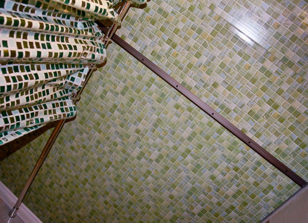 Мозаика из пластика - еще один экономичный вариант для отделки ванной