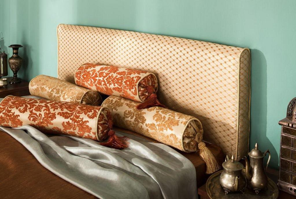 Интересно смотрятся подушки-валики в интерьере