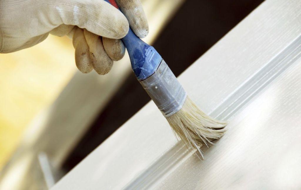 Наносить краску на мебель нужно не менее двух раз