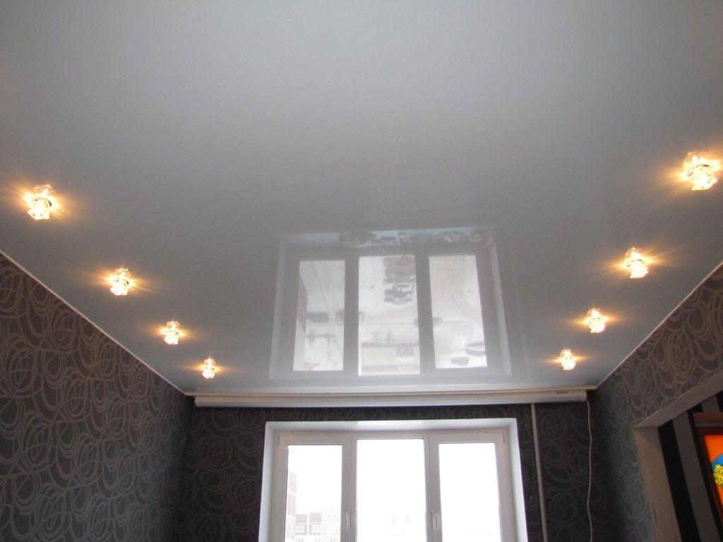 Самый простой вариант - одноуровневый потолок