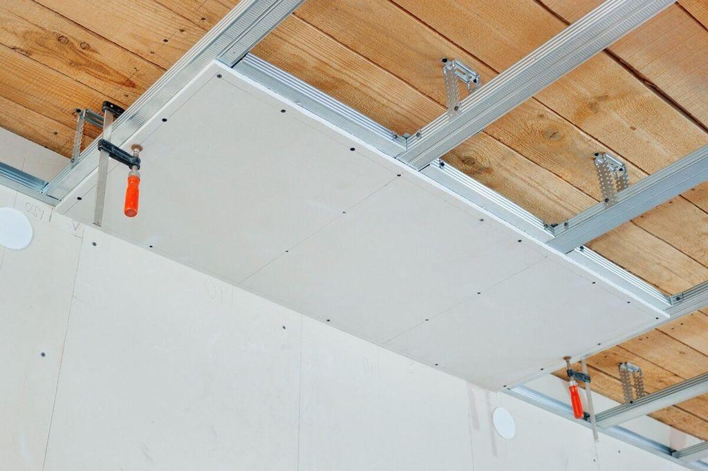 Подвесные потолки представляют из себя дерево или гипсокартон, подшитый к профилю