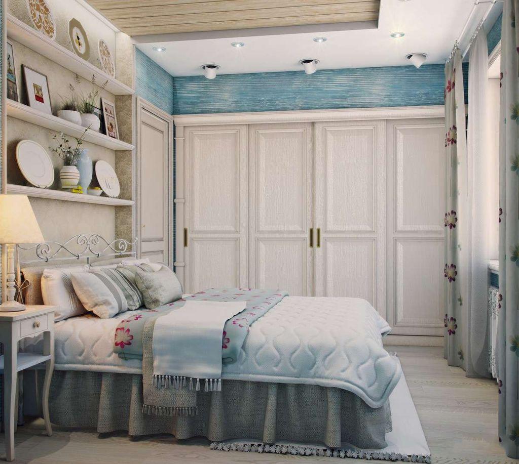Можно сделать встроенную гардеробную с дверьми из натурального дерева