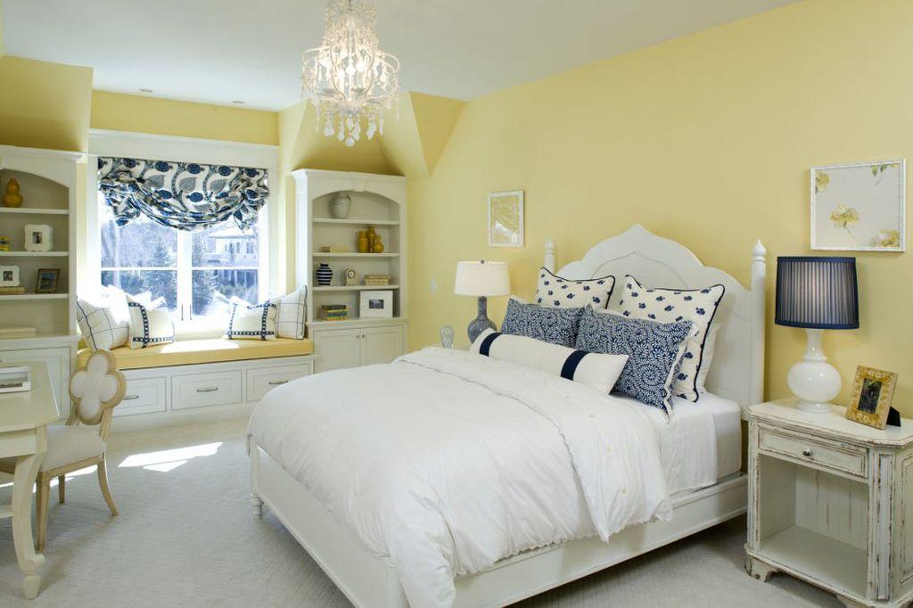 В качестве декора можно использовать подушки с наволочками ручной работы