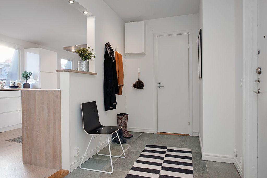 Прихожую не нагромождают мебелью — максимально экономят пространство