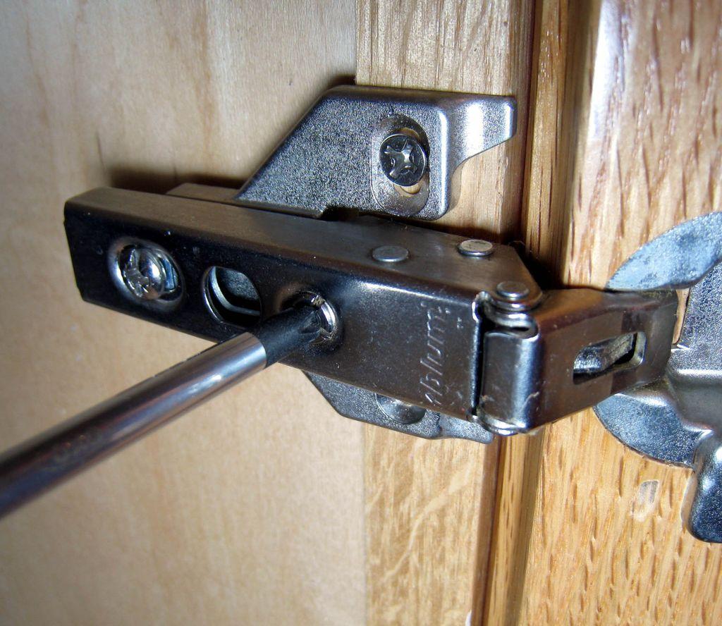 Чтобы устранить перекосы вправо или влево нужно закрутить или ослабить регулировочный винт