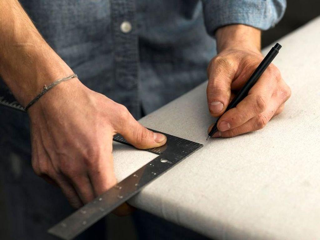 Если места для крепления изголовья не размечены, то необходимо их наметить простым карандашом и сделать отверстия дрелью