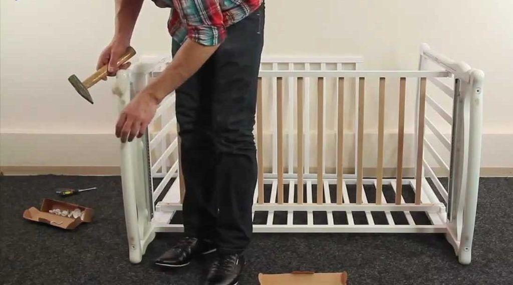 Как правило все необходимые инструменты идут в комплекте вместе с кроваткой