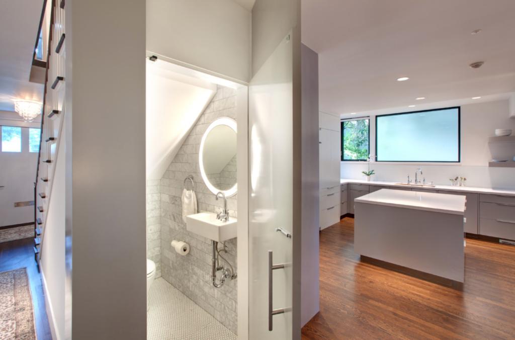 Санузел будет казаться визуально просторнее, если использовать отделочные материалы светлых тонов и зеркала