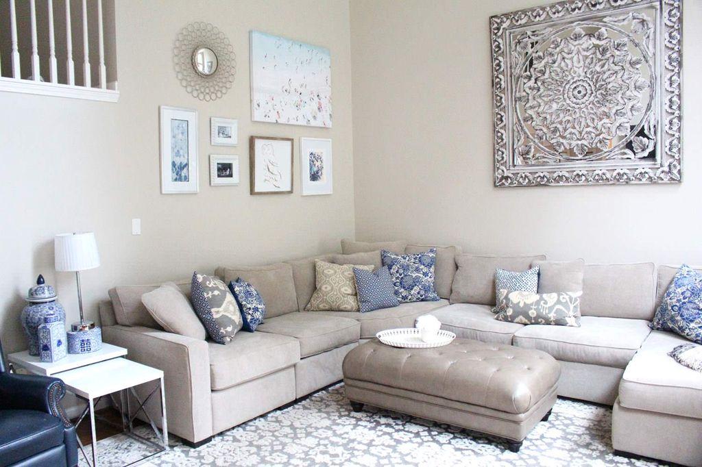 Для гостиной отлично подойдет природное, умиротворяющее сочетание серого дивана с деталями бирюзового и ярко-синего оттенков