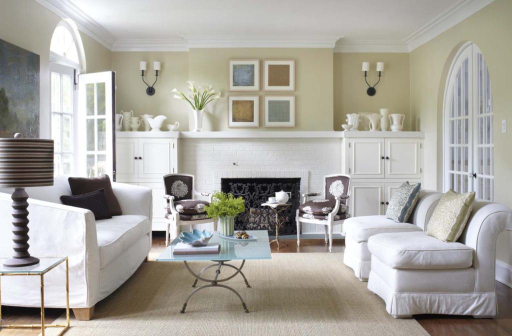Дизайн гостиной с белой мебелью всегда выглядит оригинально и элегантно