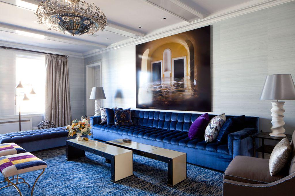 Синий диван удачно впишется в интерьер бароккового стиля с нейтральной цветовой гаммой