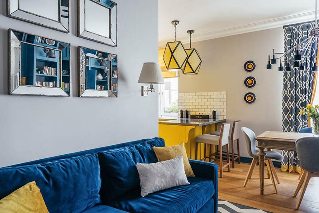 Синий диван в яркой цветовой гамме – смелое решение для эффектного интерьера