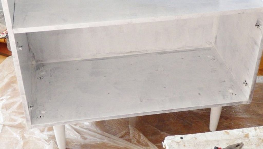Акриловая грунтовка - лучшее решение для обработки трещин и других дефектов деревянной мебели.